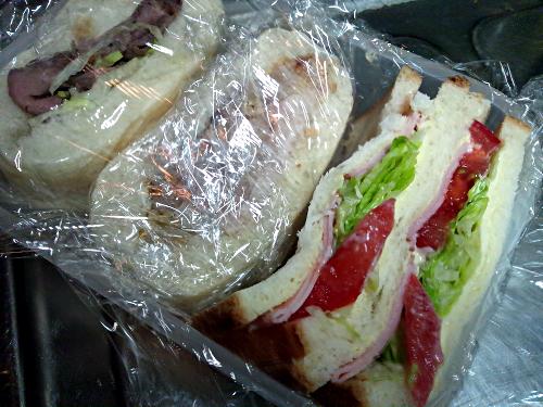 普通のサンドイッチも作ってタッパに詰めた