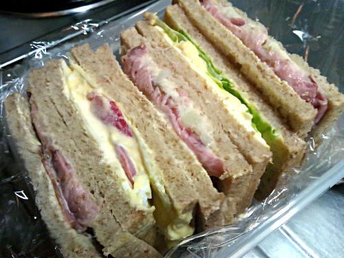 今日のサンドイッチはグラハムパンで