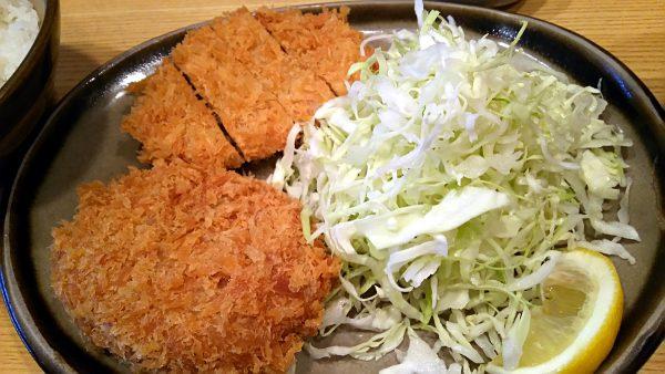 お昼ご飯はメンチカツとカレーコロッケの定食