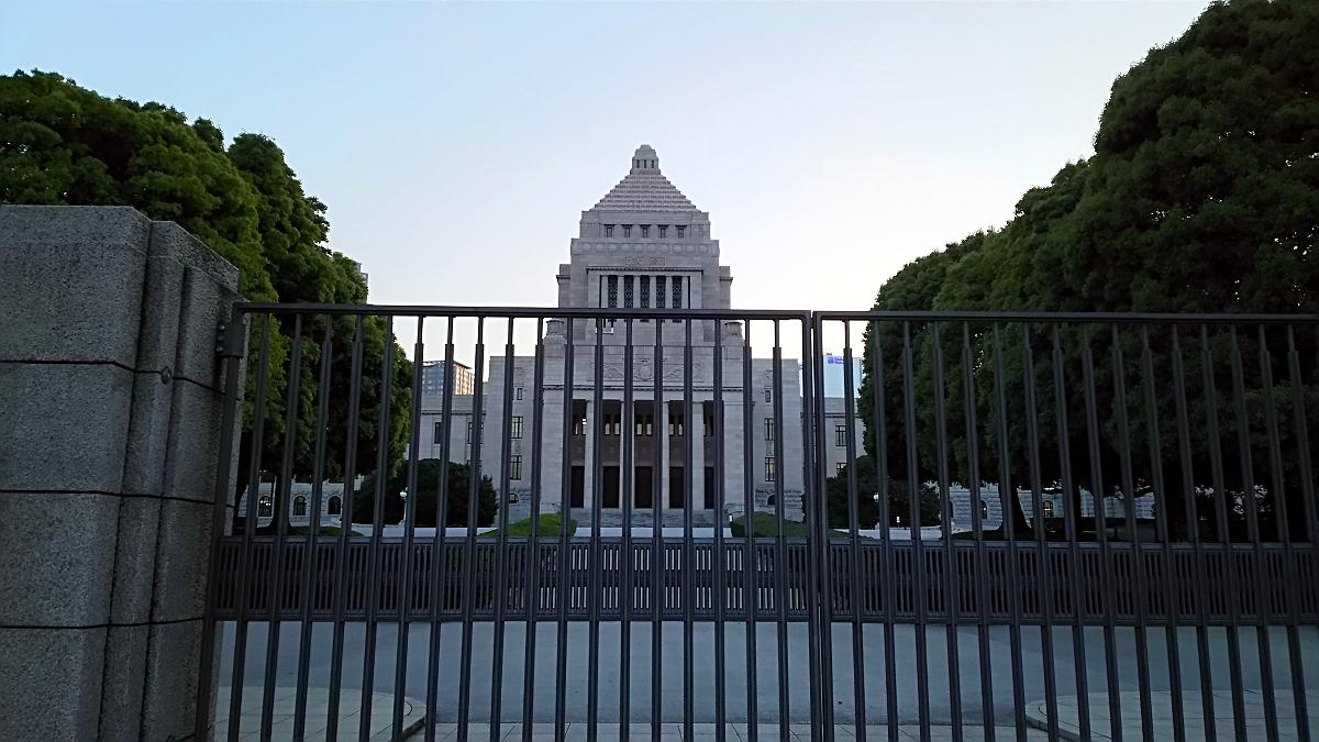 国会議事堂を正面から撮影