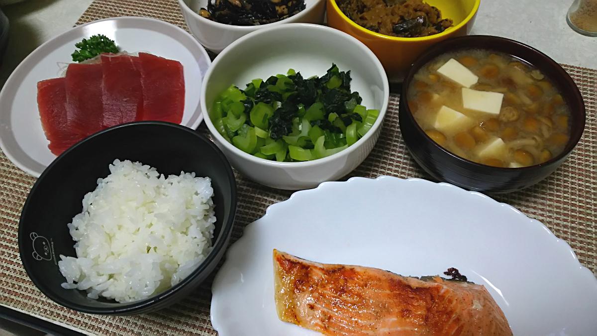 焼き鮭/マグロのさし身/野沢菜/南蛮味噌/ひじきの煮物/なめこ豆腐の味噌汁