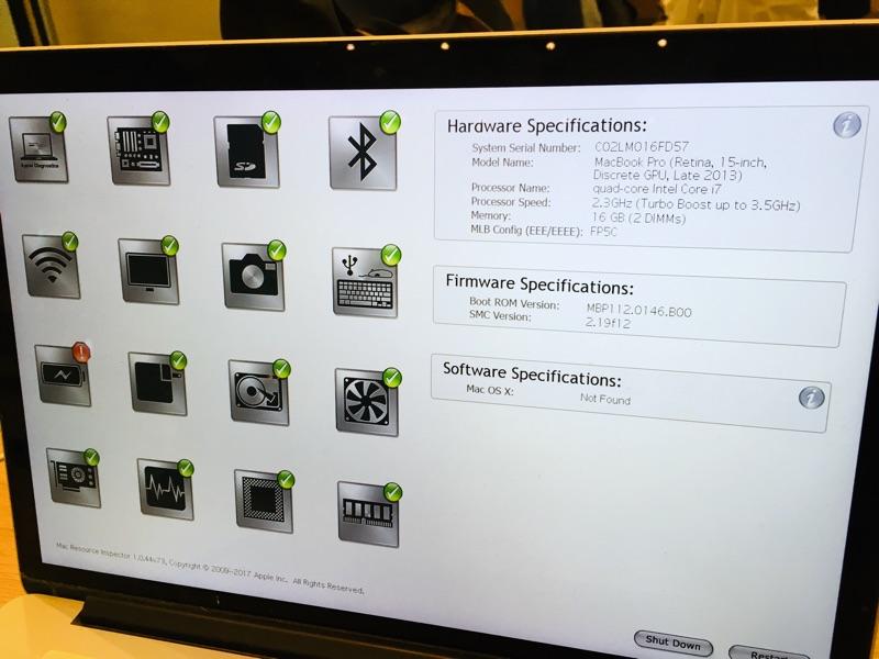 GENIUS BARでMacBook Proのチェック中