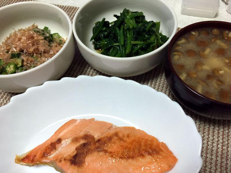 晩ごはんは鮭の切り身を焼いた