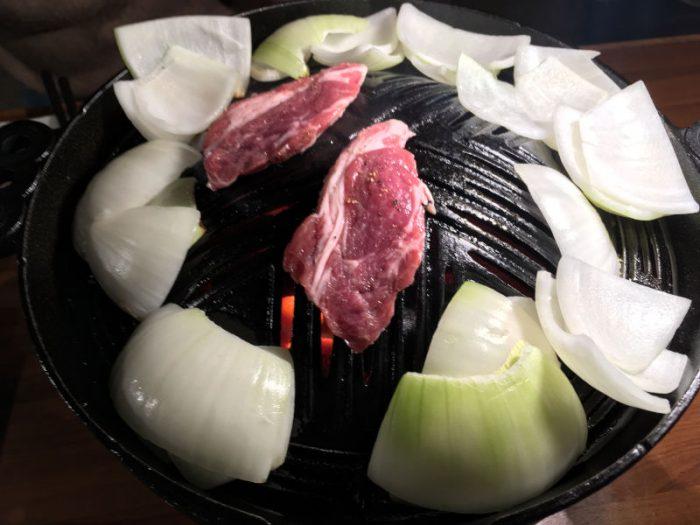 ジンギスカンセット(ラム肩ロース+玉ねぎ)を焼く