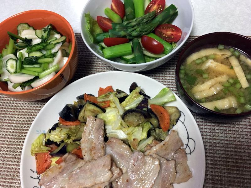 晩ごはんは焼肉と浅漬けとアスパラガスを使ったサラダと味噌汁