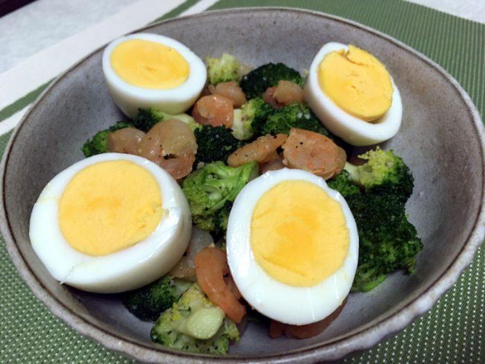 ロッコリーとえびとゆで卵のサラダ