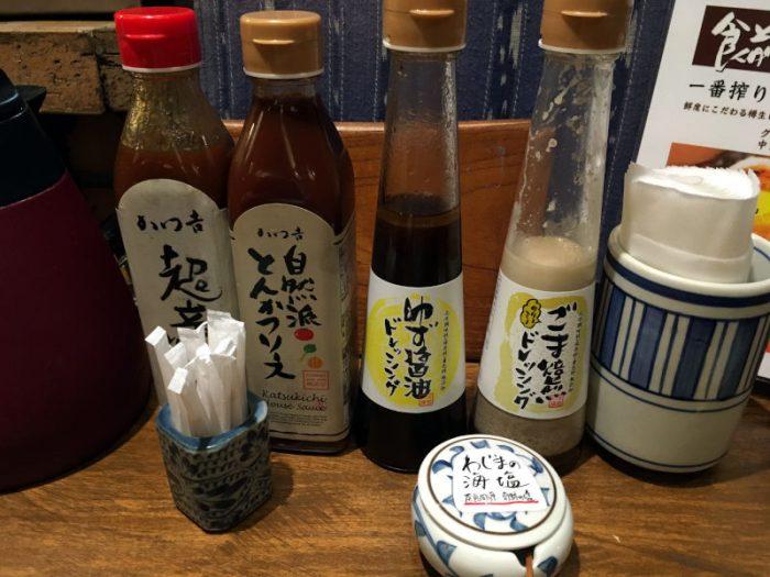 卓上にあるソース2種とドレッシング2種と海塩
