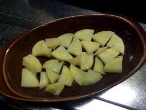 グラタン皿にバターを塗り、レンチンしたじゃがいもを敷き詰める。