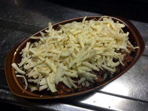 ミートソースの上から好きなだけとろけるチーズをかけてパン粉をふる