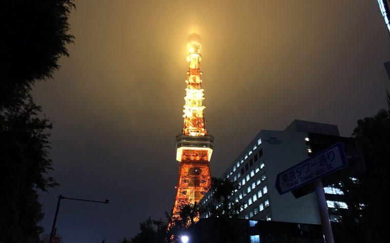 雨雲が掛かって幻想的な東京タワー